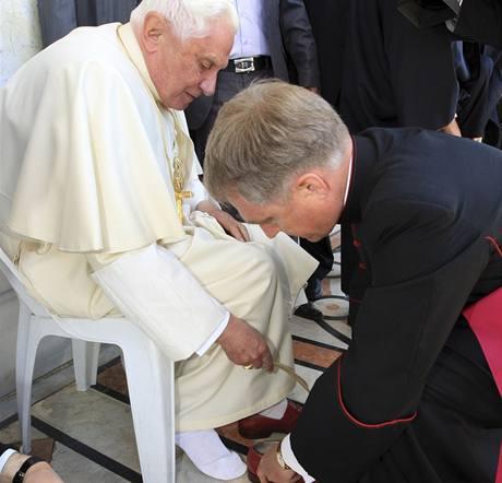Papež Benedikt XVI. si před vstupem do mešity Al-Aksá zul boty (12. května 2009)
