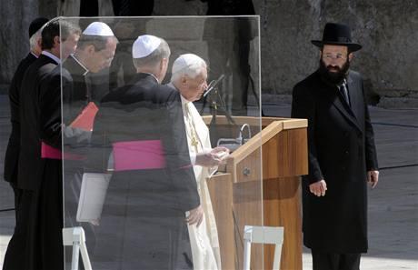 Papež Benedikt XVI. u jeruzalémské Zdi nářků (12. května 2009)