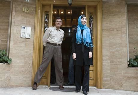 Americká novinářka Roxana Saberiová po propuštění z íránské věznice se svým otcem Rezou (12. května 2009)