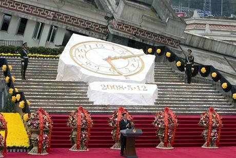 Čína si připomíná ničivé zemětřesení v provincii S'-čchuan, při němž přesně před rokem zahynulo více než 80 tisíc lidí. Na snímku prezident Chu Ťin-tchao při smutečním ceremoniálu ve městě Jing-siou (12, května 2009)