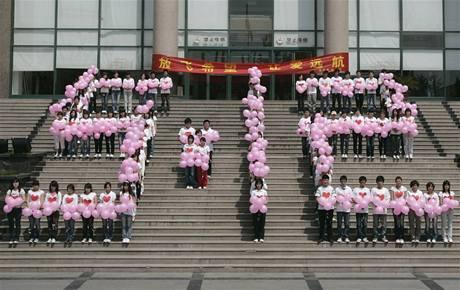 Čína si připomíná ničivé zemětřesení v provincii S'-čchuan, při němž přesně před rokem zahynulo více než 80 tisíc lidí. (12. května 2009)