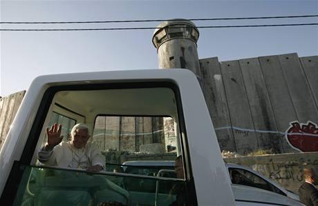 Papež Benedikt XVI. u kontroverzní zdi na hranici Izraele a palestinských území (13. května 2009)