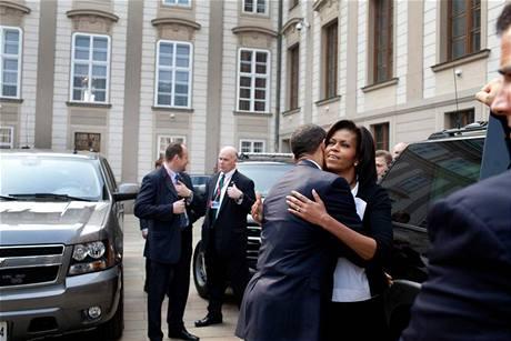 Barack Obama se po projevu na Hradčanském náměstí loučí s manželkou Michelle
