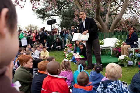 Obama předčítá z knížky na velikonoční slavnosti pro děti v Bílém domě
