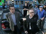 Šéf Dělnické strany Tomáš Vandas (uprostřed) hájí místopředsedu Jiřího Štěpánka (vlevo) před zásahem magistrátu Přerova a policie