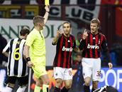 AC Milán - Juventus: domácí David Beckham (vpravo) obdržel žlutou kartu