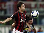 AC Milán - Juventus: hostující Zdeněk Grygera (vpravo) zápolí o míč s Kaká