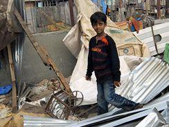 Azharuddín Muhammad Ismáíl v troskách svého obydlí v bombajském slumu (14. května 2009)