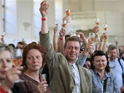 Česká kniha rekordů má od soboty nový přírůstek: nejpočetnější přípitek. Uskutečnil se kolem půl šesté večer na prestižní výstavě Valtické vinné trhy. Současně si připilo 532 lidí.
