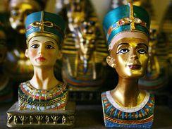 Upomínkové předměty ve tvaru busty egyptské královny Nefertiti