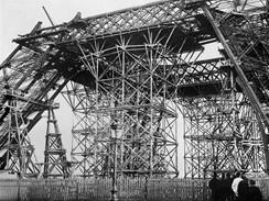 Z výstavy ke 120. výročí otevření Eiffelovy věž
