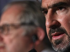 Cannes 2009 - re�is�r Ken Loach (v pozad�) a Eric Cantona