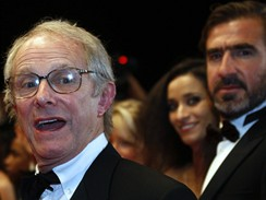 Cannes 2009 - režisér Ken Loach a Eric Cantona (v pozadí)
