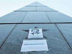 Aktivista Michal Doležel přelepil komunistické symboly letáky.