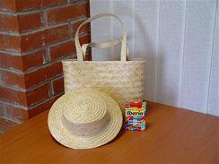 Obyčejný slamák a slaměnou tašku proměníte pomocí textilních barev v originální doplňky.