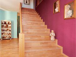 Výrazné barvy fungují místo nábytku