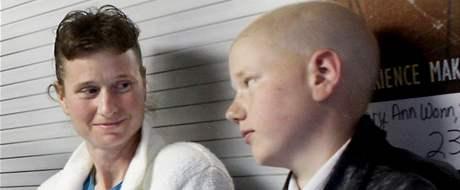 Třináctiletý Američan Daniel Hauser trpí rakovinou. Na snímku s matkou Colleen