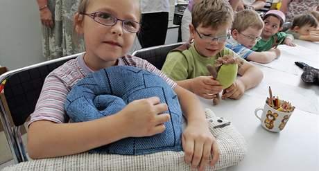 Marie Dvořáková si hraje s ručně šitými hračkami z kuřimské věznice