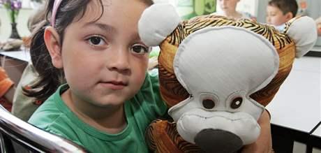 Kamila Konyová si hraje s ručně šitými hračkami z kuřimské věznice