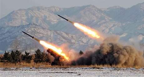 Test severokorejských raket na blíže neurčeném místě v KLDR. Nedatovaný snímek zveřejněný severokorejskou agenturou KCNA v lednu 2009.