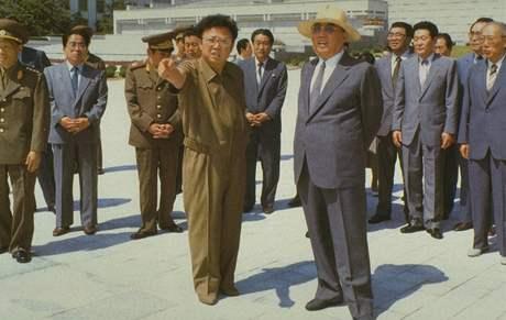 Kim Čong-il se svým otcem Kir Ir-senem na nedatovaném snímku.