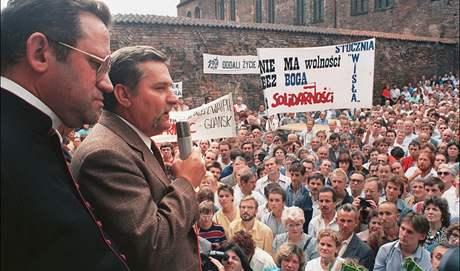 Lech Walesa promlouvá ke stávkujícím loďařům v srpnu 1988.