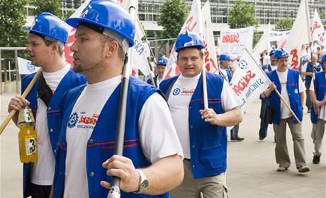 Loďaři z Gdaňsku s prapory Solidarity při protestech v Bruselu v červnu 2008