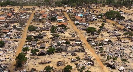 Letecký snímek uprchlického tábora poblíž města Vavunija, kde armáda bojovala s tamilskými tygry. (23. května 2009)