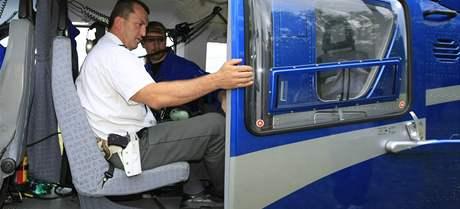 Policejní vrtulník létal nad nebezpečnou silnicí z Pohořelic do Znojma. V úseku od Branišovic do Miroslavi policisté hlídali nebezpečné předjíždění přes plnou čáru. Na silnici pak hlídky zastavovaly hříšníky.