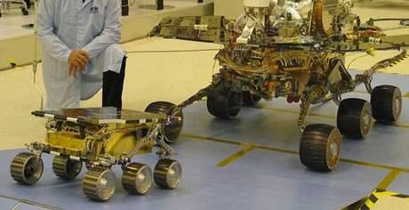 Starší průzkumníci Marsu: vlevo Sojourner, vpravo Spirit