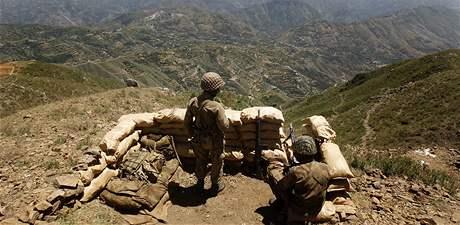Pákistánští vojáci drží stráž nad údolím Svát (25. května 2009)