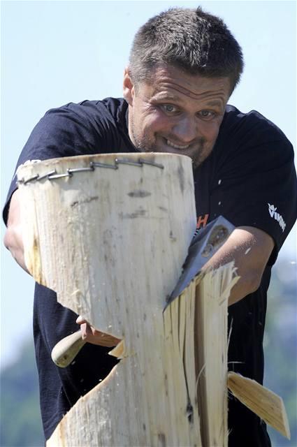 Tomáš Urban soutěží v kategorii Springboard - přesekávání kmene z prkna ve výšce.