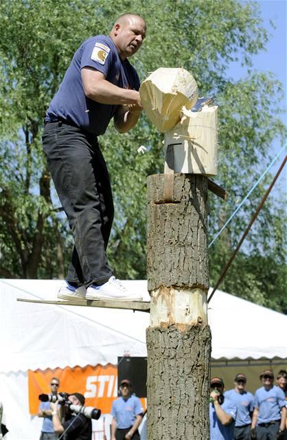 Držitel bronzové medaile z mistrovství světa Američan Carson Bosworth soutěží v kategorii Springboard - přesekávání kmene z prkna ve výšce.
