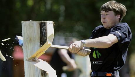 Vojtěch Moťka soutěží v kategorii Springboard - přesekávání kmene z prkna ve výšce.