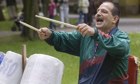 Bývalý pacient léčebny v Dibřanech, který se každoročně vrací na festival Mezi ploty a hraje (16. 5. 2009)