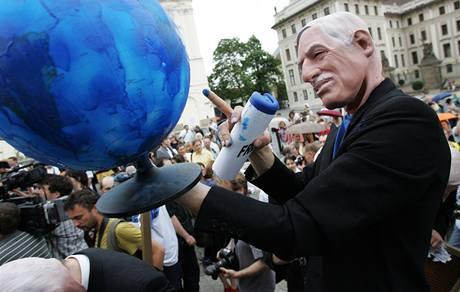 Happening umělců v gumových maskách na Pražském Hradě. Parodovali prezidenta Václava Klause. (21.5.2009)