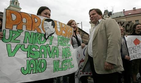 Odpůrci ČSSD na mítinku v Turnově, kde se setkali s místopředsedou sociálních demokratů Zdeňkem Škromachem. (28.5.2009)