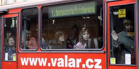 Přeplněný autobus zajišťující náhradní dopravu mezi Smíchovským nádražím a Řevnicemi.