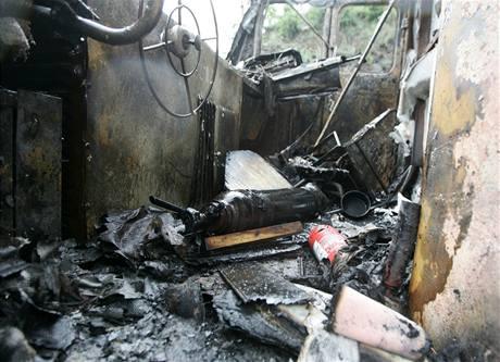 Ohořelá kabina lokomotivy, která vzplála po nárazu do stromu u Černošic