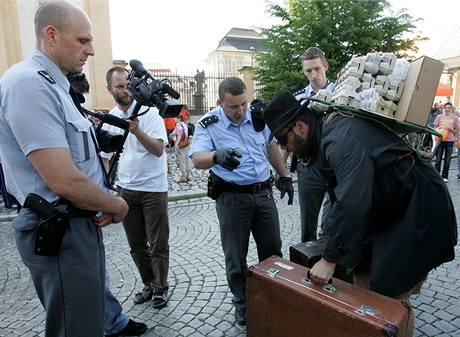 Policisté kontrolují Martina Rybu z divadla Maxe Fische na předvolebním mítinku ČSSD v Duchcově (25. 5. 2009)