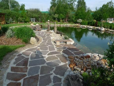 Plochý kámen je nejen funkční, ale i dekorativní.