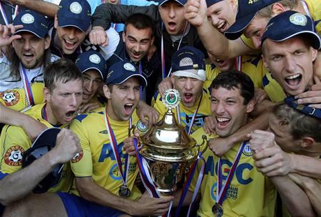 Tepličtí fotbalisté s nablýskanou trofejí. Právě vyhráli Pohár ČMFS.