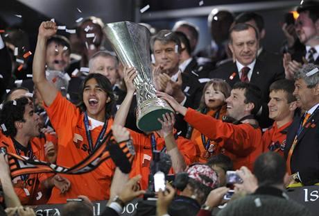 Fotbalisté Šachtaru Doněck slaví triumf v Poháru UEFA.