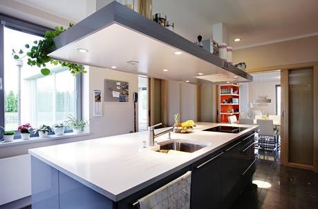 Kuchyně se pomocí posuvných dveří otevírá do jídelny