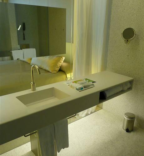 9. podlaží - koupelna se zrcadlem na skleněné stěně