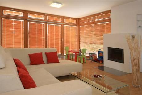 Obývací pokoj s velkou prosklenou plochou na jižní a západní stranu je v létě třeba vydatně stínit