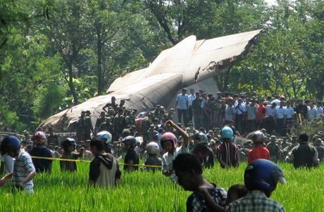 Letoun Hercules indonéské armády se ztřítil na vesnici na Východní Jávě