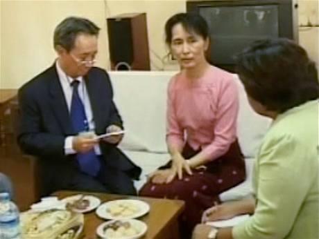 Barmská televize vysílala záběry ze schůzky Su Ťij s velvyslanci Ruska, Singapuru a Thajska