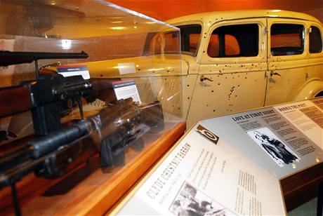 Auto slavné zločinecké dvojice Bonnie a Clyde rozstříleli policisté
