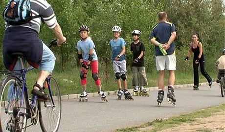 Na in-line/cyklostezkách je dobré dodržovat pravidla, např. jezdit za sebou